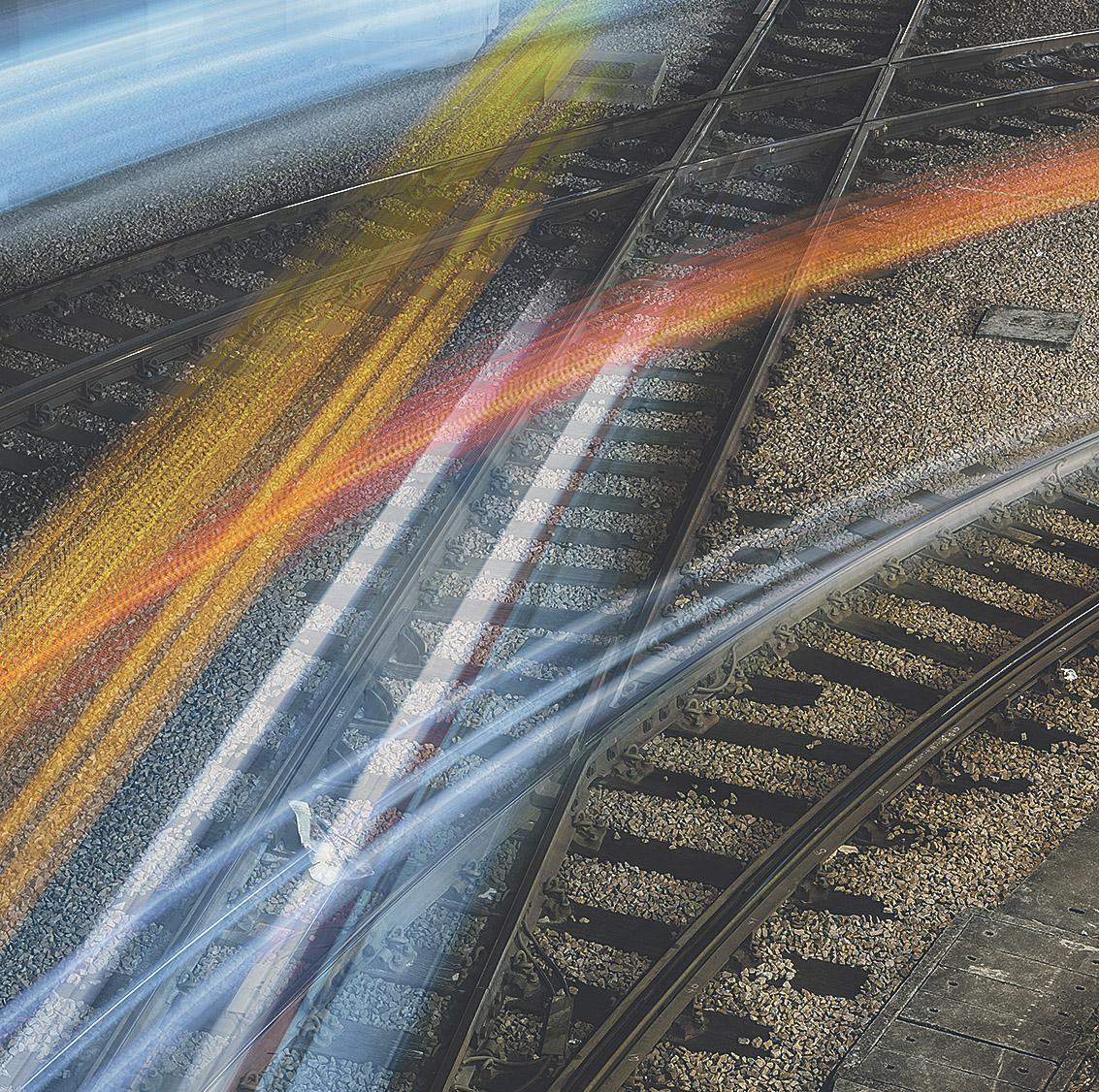 Gleise mit Lichtreflexionen; Thema: Logistik 4.0
