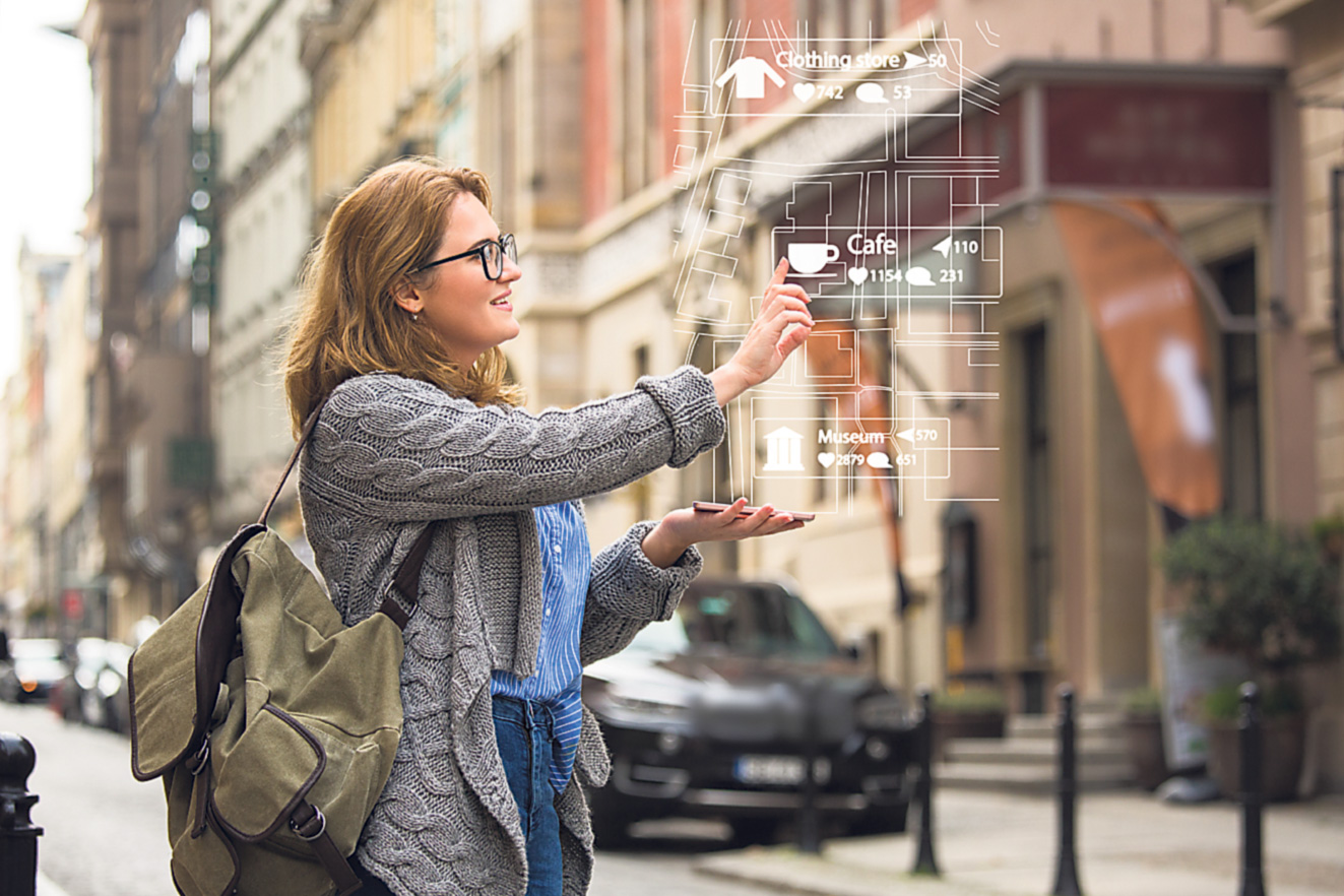Eine junge Frau plant digital einen Stadtbesuch über ihr Smartphone. Thema: Digitales Modell