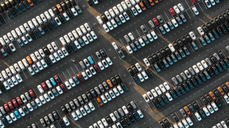 Parkplatz aus der Vogelperspektive. Thema: Smartes Parken
