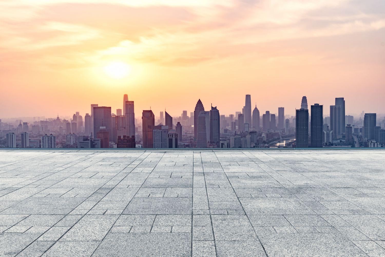 Eine städtische Skyline im Sonnenuntergang. Thema: Digitale Stadtverwaltung. Foto: shansekala / iStock