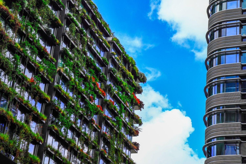 Vertical Gardening an einem Wohngebäude in der Großstadt. Thema: intelligente Gebäude