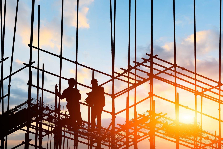 Bauarbeiter auf einer Baustelle; Thema: Smart Buildings