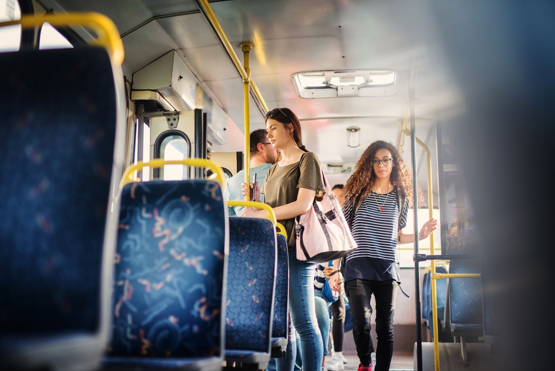 Fahrgäste steigen in einen Bus. Thema: Vorteile von Elektrobussen. Quelle: Getty Images Plus / dusanpetkovic