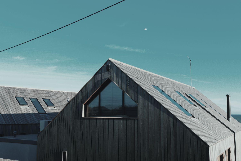 Giebel eines modernen Hauses. Thema: Regenerative Heizsysteme
