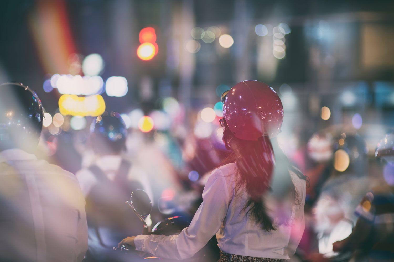 Eine Frau fährt auf einem Motorroller durch die Stadt. Thema: Verkehrskonzepte