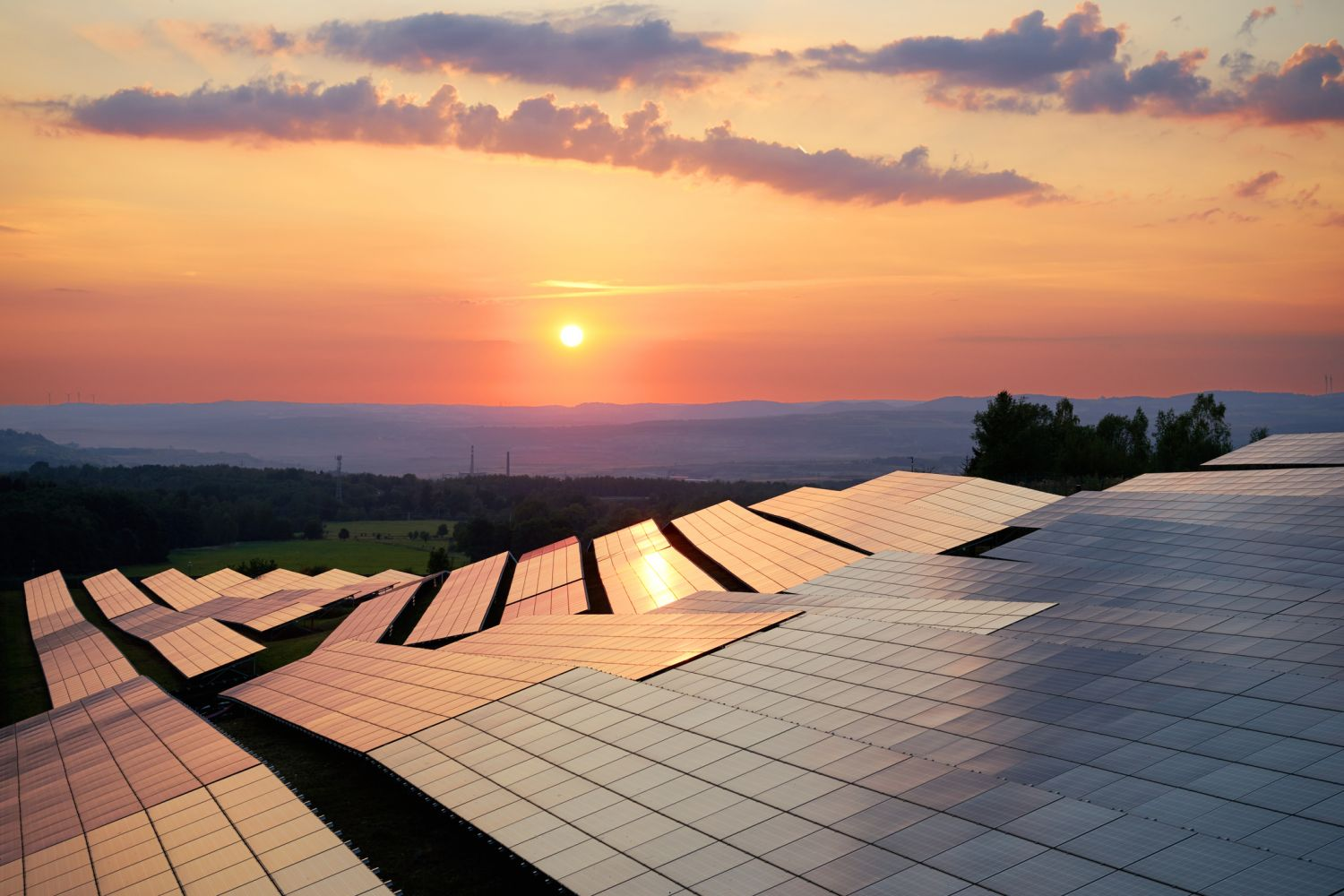 Solarpanels im Sonnenuntergang; Thema: Smart Energy