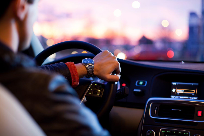 Mann am Lenkrad eines Autos; Thema: Vernetzte Mobilität