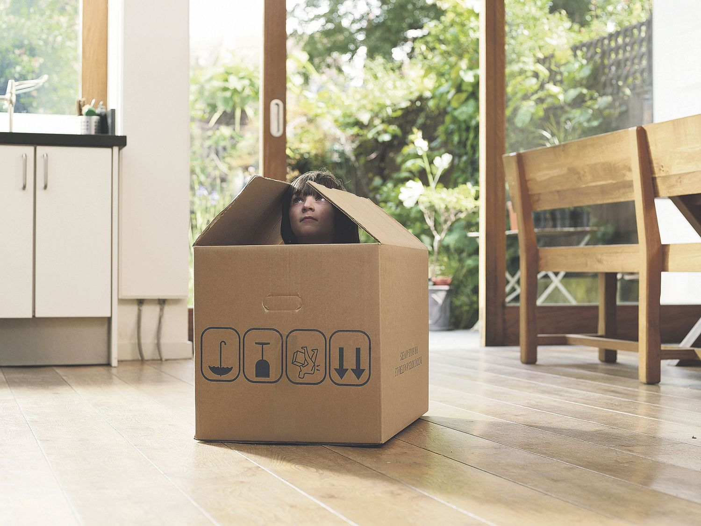 Umzugskarton in einer Wohnung. Thema: Bauprojektmanagement