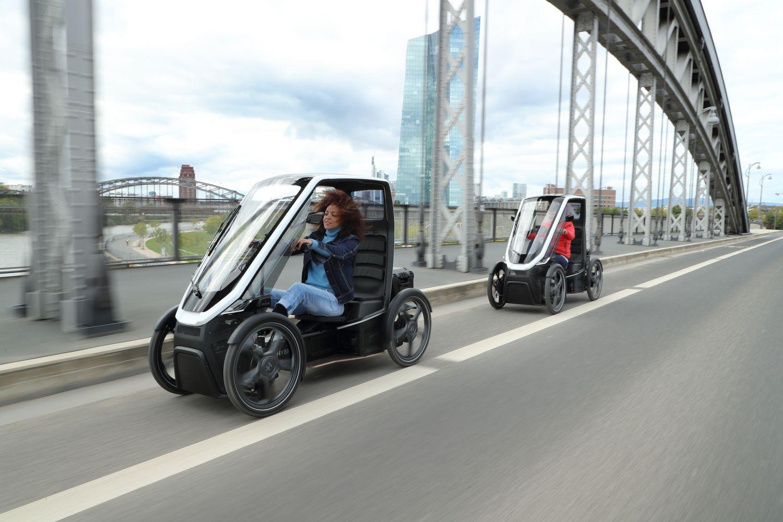 Eine Frau fährt Bio-Hybrid