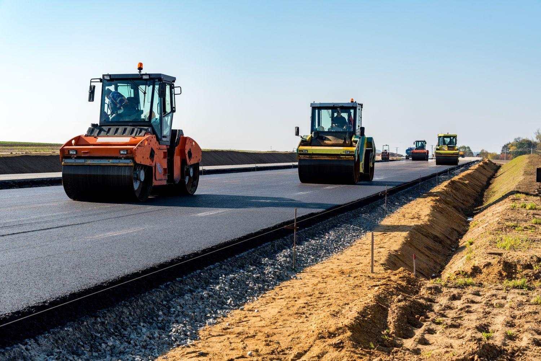 Planierwalze beim Straßenbau; Thema: Nachhaltige Investitionen in Infrastruktur