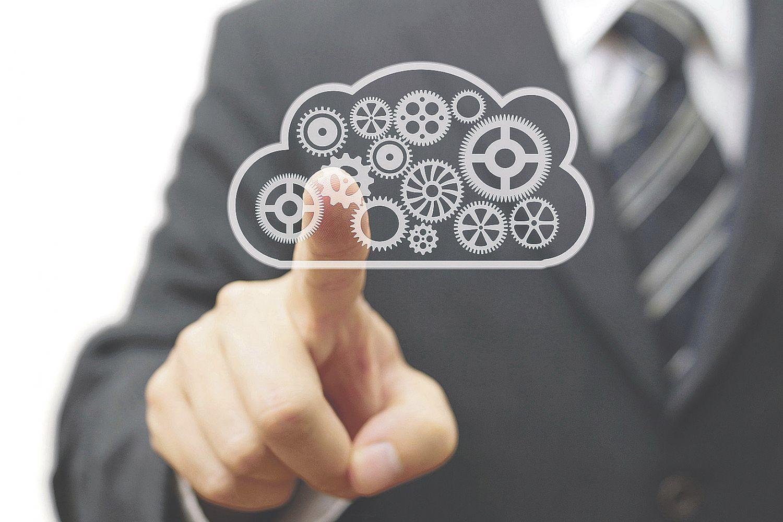 Geschäftsmann tippt auf grafische Wolke mit Zahnrädern. Thema: ITK-Infrastruktur