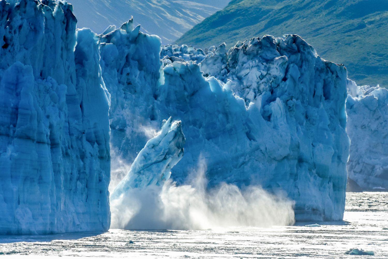 Herabstürzender Felsen aus einem Eisblock.