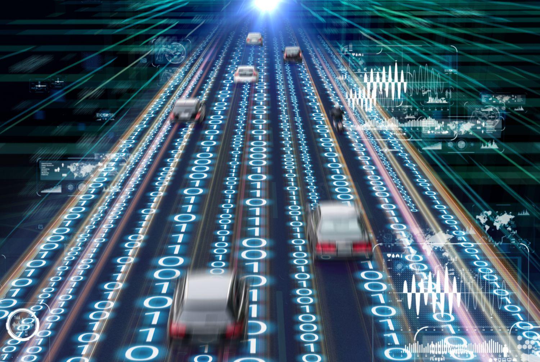 Mehrspurige Straße mit Binärcode unterlegt. Thema: Intelligente Verkehrssteuerung