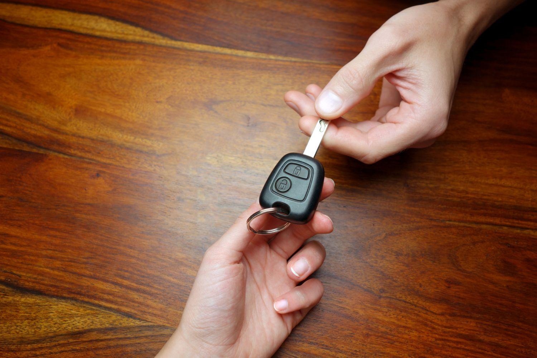 Ein Autoschlüssel wird von einer Hand zur anderen gereicht. Car-Sharing ist ein wichtiger Teilaspekt von Mobilität 4.0